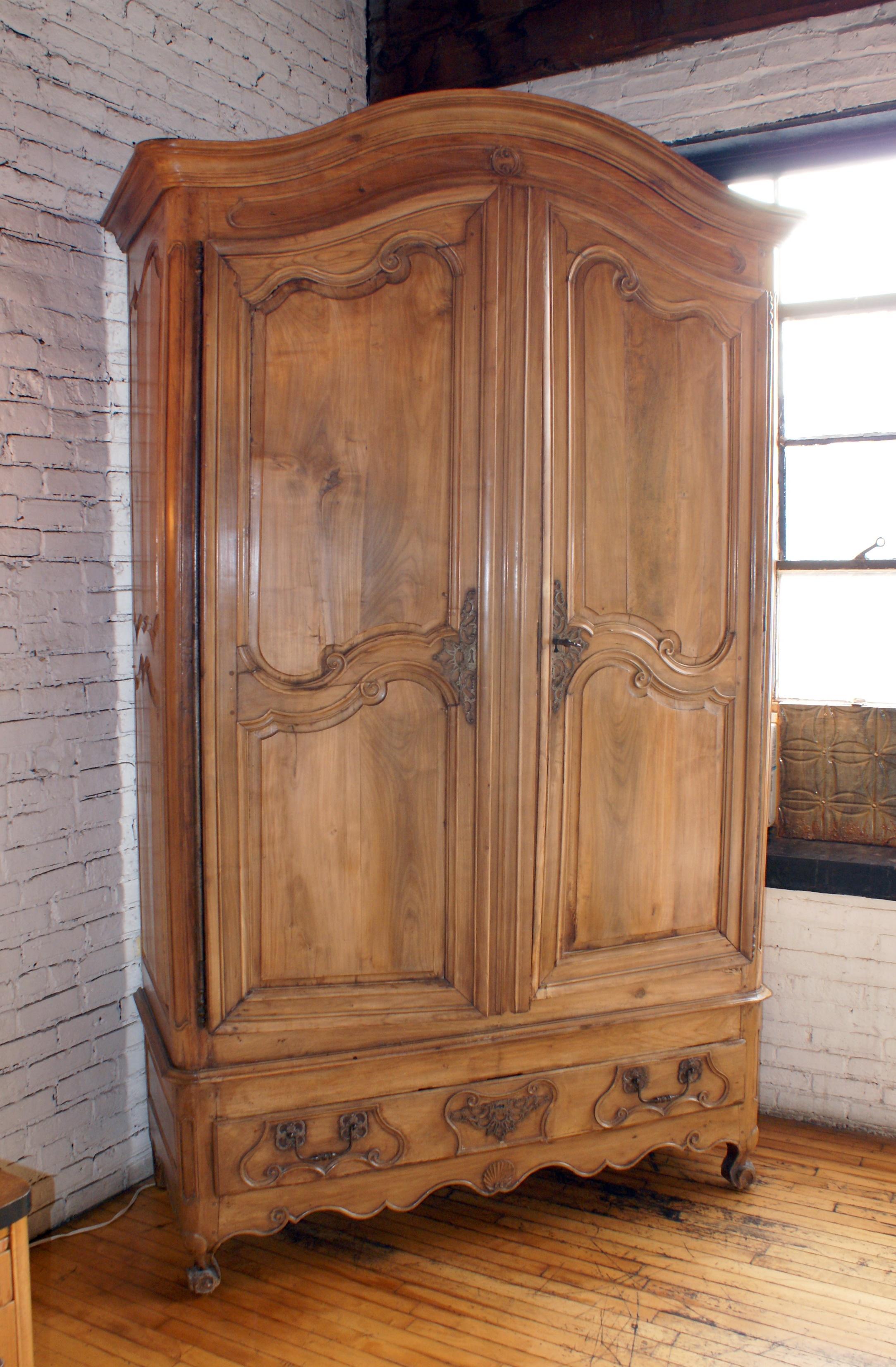 Etonnant Large 18th Century French Armoire